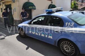 polizia-davanti-alla-pizzeria-piazza-lentini-cava-vivimedia