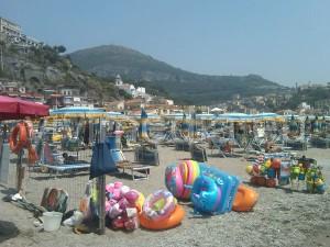 spiaggia-vietri-marina-venditori-abusivi-luglio-2013-1-vivimedia