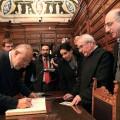 Il nuovo Amministratore Apostolico, don Leone Morinelli, al centro a destra, in Biblioteca. Firma il registro dei visitatori il Presidente della Corte Costituzionale De Siervo