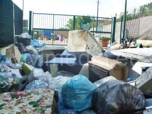 disservizio-isola-ecologica-(1)-via-angeloni-cava-de'-tirreni-agosto-2013-vivimedia
