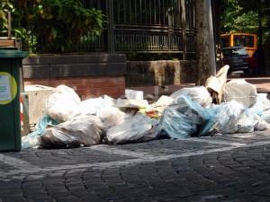 rifiuti-viale-crispi-centro-cava-de-tirreni-vivimedia