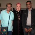 Il vescovo Soricelli con Antonio Armenante, promotore della manifestazione insieme col Punto Pace Pax Christi, e Luciano, immigrato rumeno di fede ortodossa