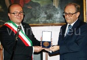 Il Sindaco Galdi consegna al Presidente Dainotti la Targa della Presidenza della Repubblica