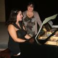 Durante l'accordatura del piano, Mamma Marisa, accanto a Giada, in contemplazione, se la mangia col cuore come se fosse un bombolone ...