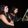 Giada e Luigia al piano in una delle loro galoppanti sonate a quattro mani