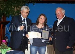"""Giovanna Rispoli nel gioioso momento della premiazione al Concorso Nazionale """"La Piazzetta"""""""