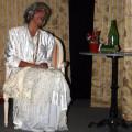 La presentatrice Carmela Novaldi saluta gli Extravagantes al termine dello spettacolo
