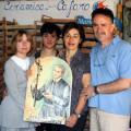 Gioacchino Cafaro, con la moglie Rosanna, la figlia e la pittrice Lucia Fasolino, mostra soddisfatto la tavola raffigurante Paolo Cafaro, in attesa di essere consegnata alla Chiesa di Materdomini a Caposele