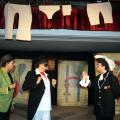 """Una scena da """"Petito, che risate!"""", con la simpatica e significativa scenografia a base di carte da gioco e panni stesi (Foto FBVitolo)"""
