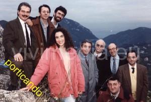 Raffaele De Falco, il primo a sinistra, in una storica foto del 1992, a Monte Castello di cava de' Tirreni con Sergio Bonelli, alcuni suoi storici disegnatori ed un gruppo di coorganizzatori di Cava Comics