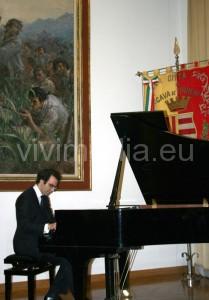Il Maestro Paolo Contarelli durante l'esecuzione del concerto in onore di Dante