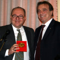 Il Sindaco Marco Galdi consegna l'elegante cofanetto del Millennio Badia al Segretario nazionale della Dante Alighieri, Alessandro Masi
