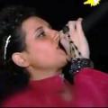 Emilia durante una delle sue esibizioni canore