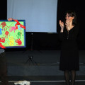 """Da """"Traccia di mamma"""": Antonello De Rosa riceve da Carmela Novaldi  e da Carolina Damiano (madrina ed operatrice dell'Associazione O.A.S.I.) il quadro realizzato dai bambini dell'Ospedale"""