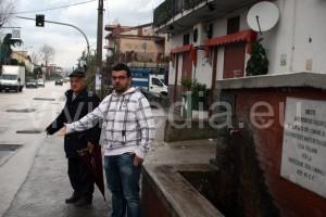 Alfredo e Pasquale Senatore, davanti al fontanone di San Giuseppe al Pozzo,  mostrano i rappezzi e il degrado del manto stradale