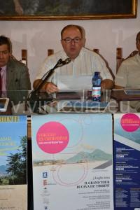 Il Sindaco Marco Galdi durante la conferenza. In primo piano, il manifesto del Grand Tour