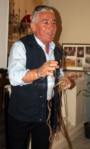 Il signor Bisogno, esponente di una famiglia di partitari doc, mostra la fionda dei frombolieri