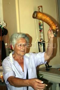 Lucia mostra il corno del richiamo, utilizzato per la Caccia ai colombi