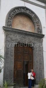 L'artistico e storico portale in pietra della Chiesa