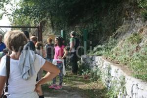 In meditazione davanti alla caverna dove Mamma Lucia trovò i primi cadaveri
