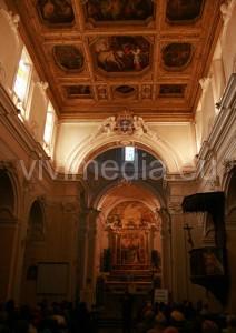 L'interno della Chiesa di Santa Lucia, con lo spettacolare soffitto a cassettoni