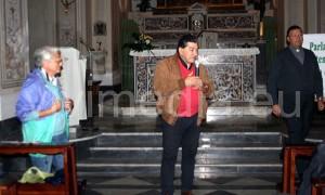 Lucia Avigliano, Carmine Salsano e il parroco don Beniamino D'Arco sull'altare durante l'accoglienza e le prime spiegazioni