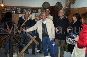 Franco Lodato, accanto a Ciro Mannara, presenta gli oggetti del Museo e recita le sue poesie