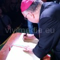 Firma-libro-d'onore-Arcivescovo-Moretti