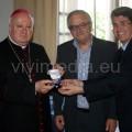 Mons. Soricelli riceve la medaglia della Camera dal Presidente Angrisani e dal Sindaco Servalli