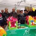 La neopresidente dell'AAANT Cava, Angela Bisogno, allo stand delle uova pasquali con il rappresentante della Fanfara dei Bersaglieri