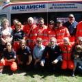 15- Il-gruppo-di-Mani-Amiche-davanti-alla-nuova-ambulanza-in- dotazione