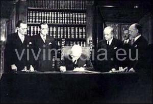 Il Capo dello Stato, Enrico De Nicola, firma la Costituzione italiana. 27 dicembre 1947