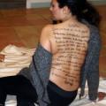 04-poesia-scritta-sulla-schiena-di-una-modella