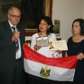 La rappresentante dell'Egitto con la sua bandiera